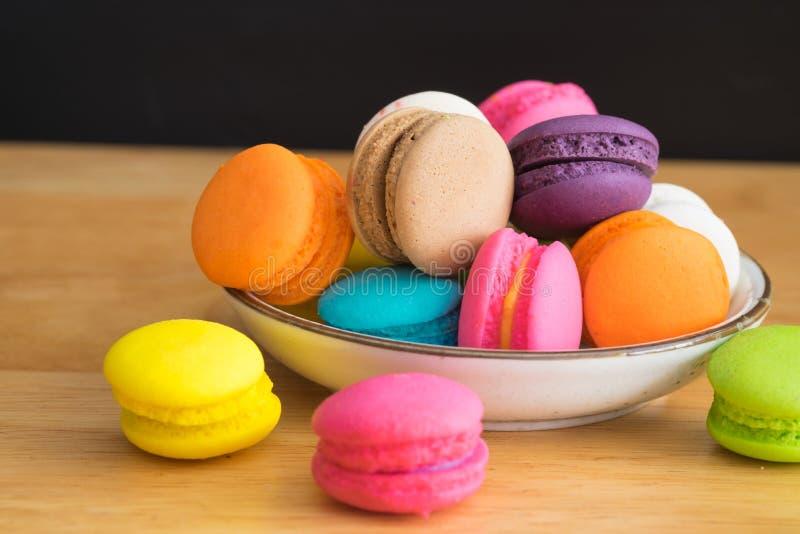 在陶瓷板材的五颜六色的蛋白杏仁饼干 免版税库存照片