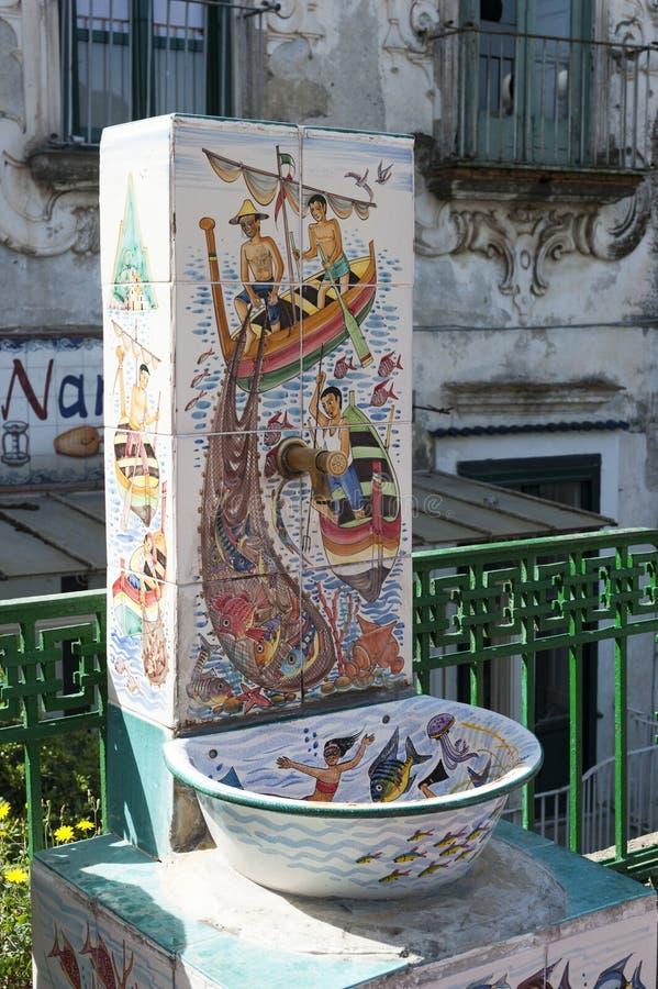 在陶瓷盖的喷泉 免版税库存图片