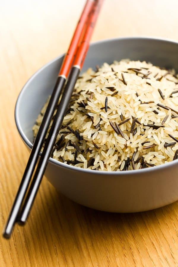 在陶瓷碗和筷子的水菰 免版税图库摄影