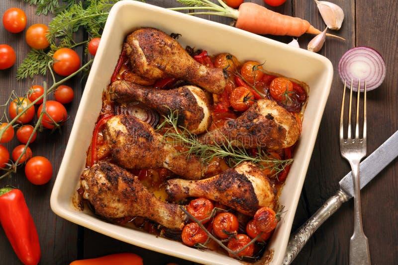 在陶瓷碗的烤鸡腿烹调了与菜 库存照片