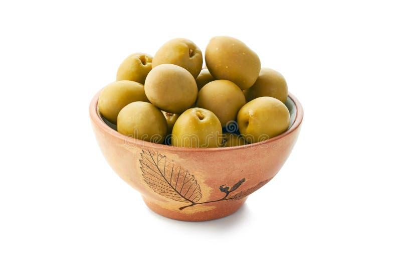 在陶瓷碗的绿橄榄在白色 库存照片