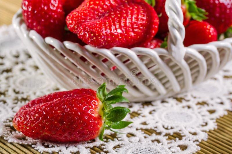 在陶瓷篮子的成熟草莓 免版税库存照片