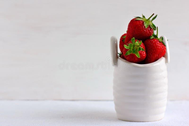 在陶瓷篮子的草莓 免版税库存图片