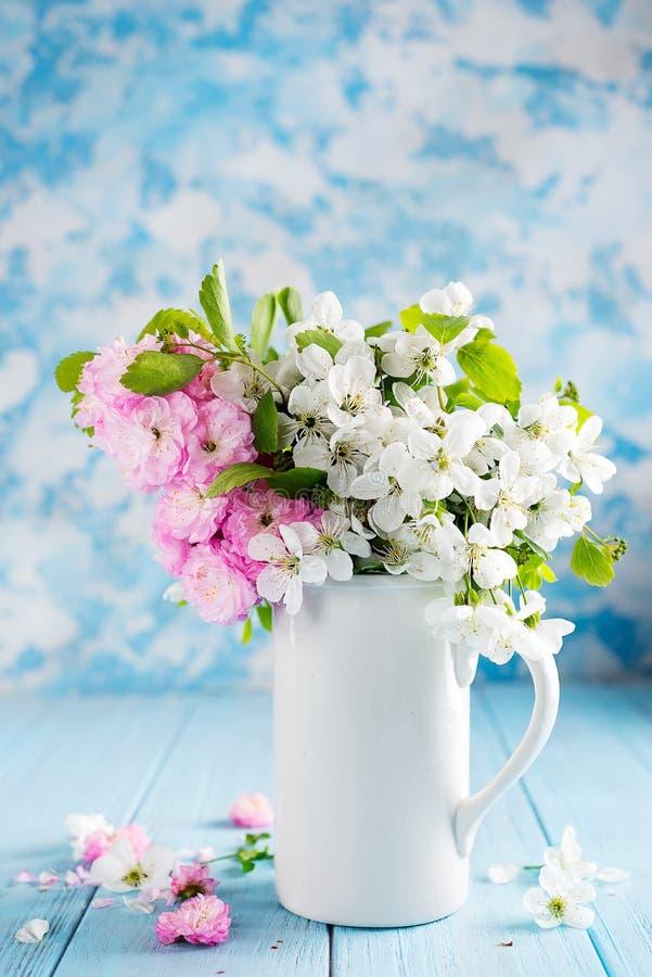 在陶瓷花瓶的可爱的野花束在桌上在木背景中 华伦泰或母亲节 免版税库存照片