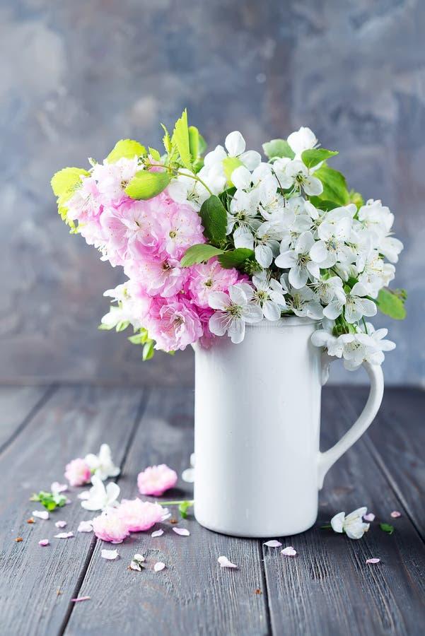 在陶瓷花瓶的可爱的野花束在桌上在木背景中 华伦泰或母亲节 免版税图库摄影