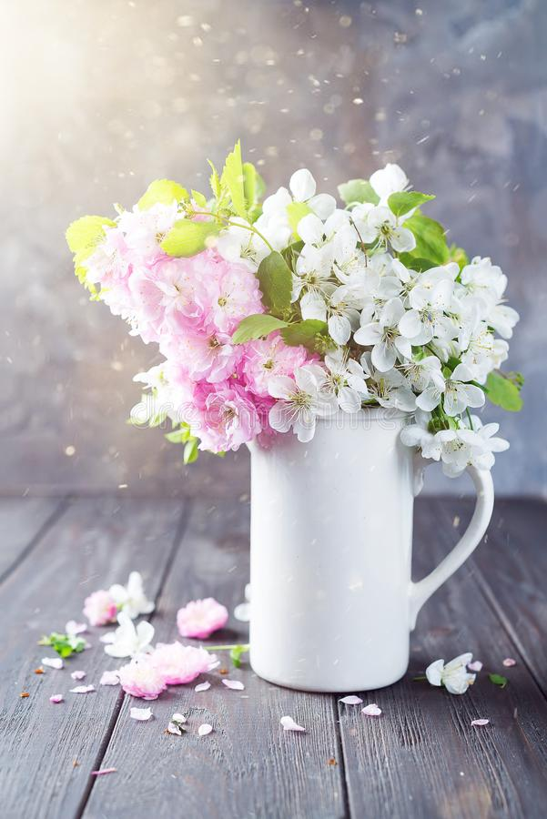 在陶瓷花瓶的可爱的野花束在桌上在木背景中 华伦泰或母亲节 库存图片