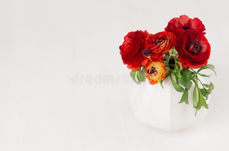 在陶瓷花瓶的豪华深红三朵花在白色木背景 假日事件的浪漫装饰 库存图片