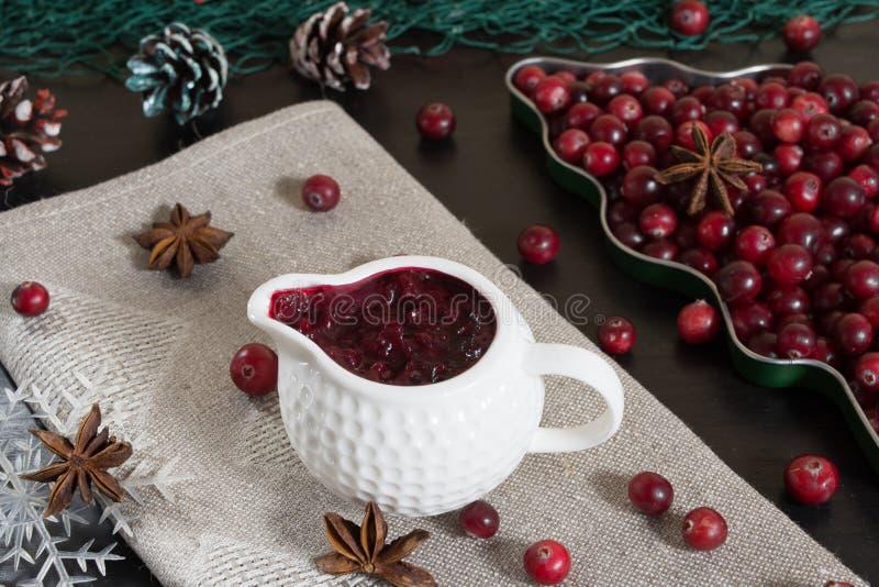 在陶瓷sausepan的蔓越桔sause 免版税图库摄影