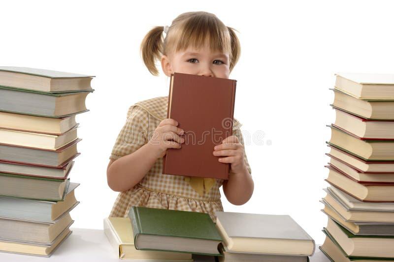 在隐藏少许学校的书女孩之后 图库摄影