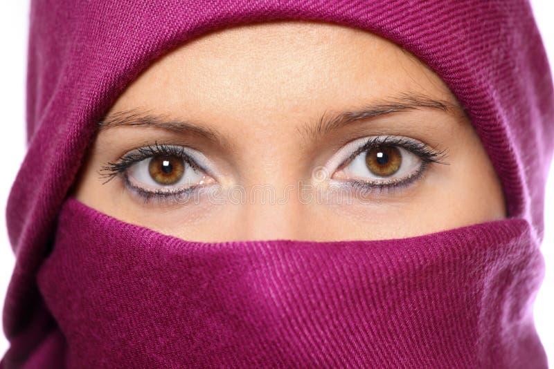 在隐藏的回教紫色围巾妇女之后 免版税库存照片