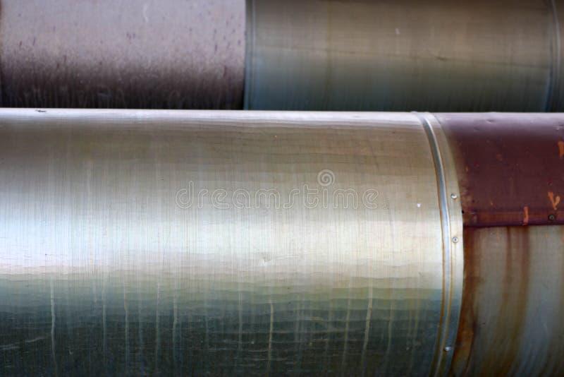 在隔离的两个大管子从在炼油厂的锡,石油化学制品,化工厂背景 免版税图库摄影
