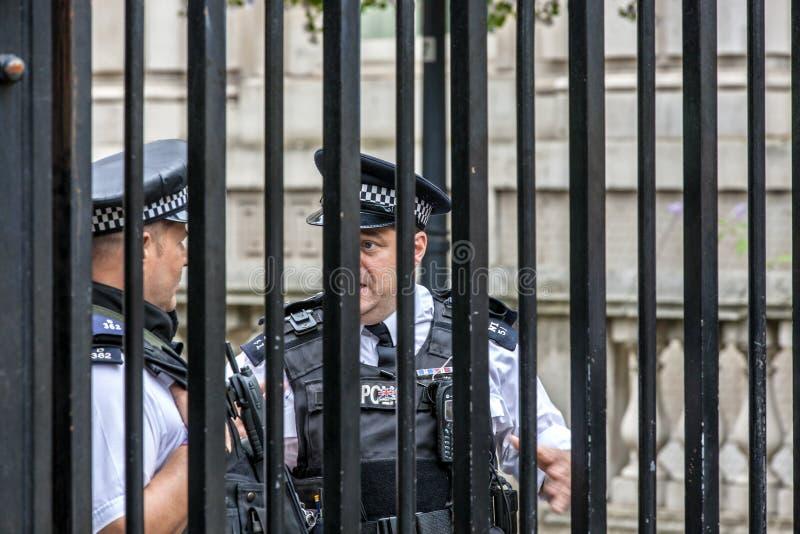 在障碍后的伦敦警察(象在监狱) 库存图片