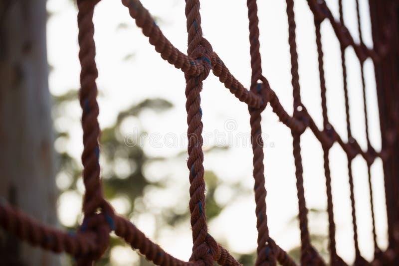 在障碍桩期间的净绳索 库存图片