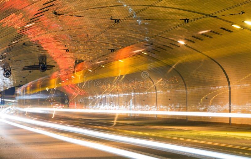 在隧道的交通,长的曝光 免版税库存照片