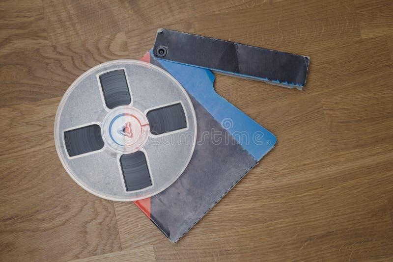 在难看的东西木地板上的葡萄酒磁性音频卷轴 库存照片