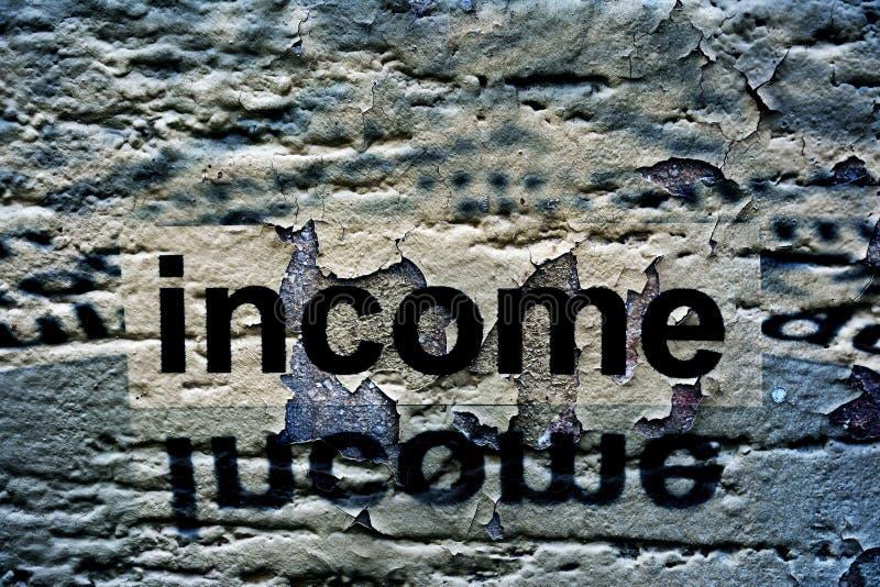 在难看的东西背景的收入文本 免版税图库摄影