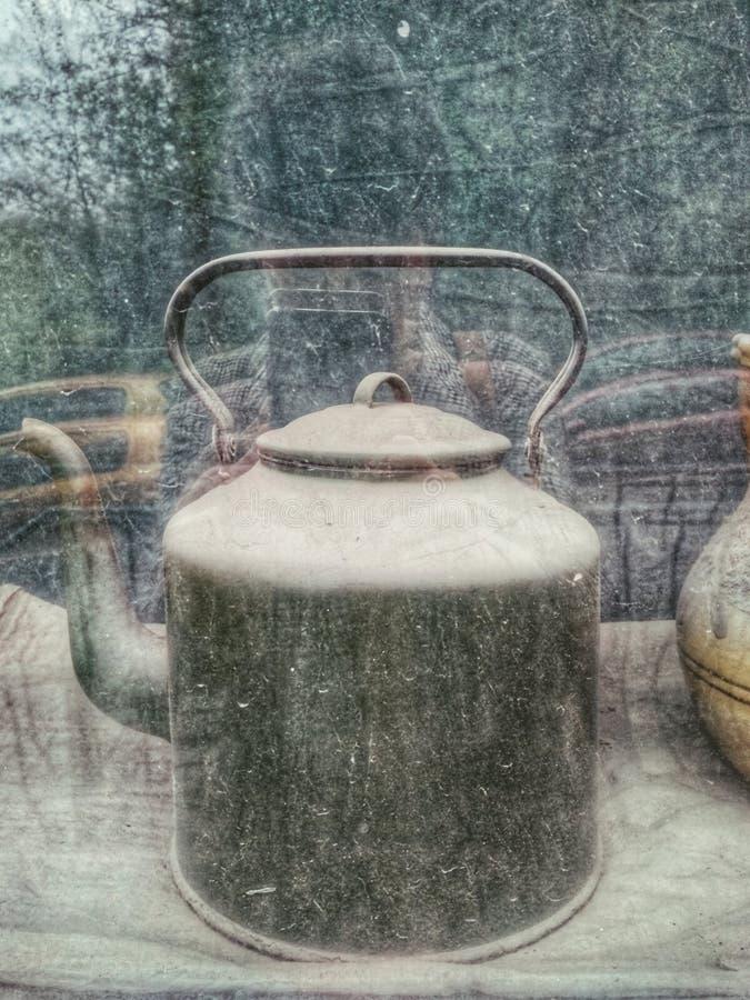 在难看的东西背景的葡萄酒减速火箭的茶壶 减速火箭的照片 库存图片
