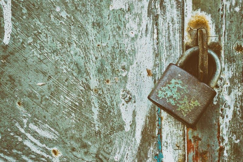 在难看的东西金属背景的锁着的挂锁 库存图片
