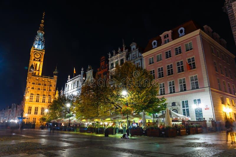 在集市广场的夜视图在格但斯克,波兰的老市中心 免版税库存图片