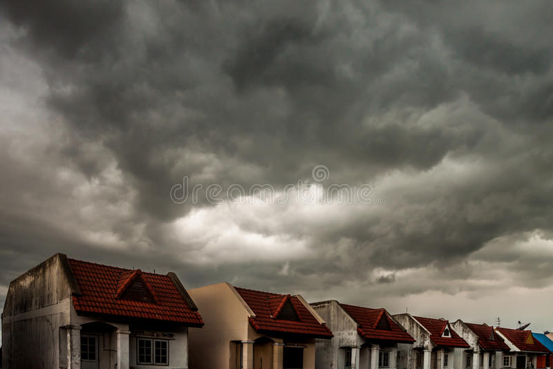 在雨下落前的阴暗天空 库存图片