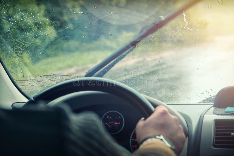 在雨下落的汽车挡风玻璃 免版税库存图片