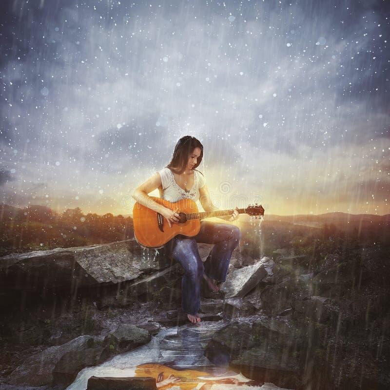 在雨中演奏音乐 库存图片