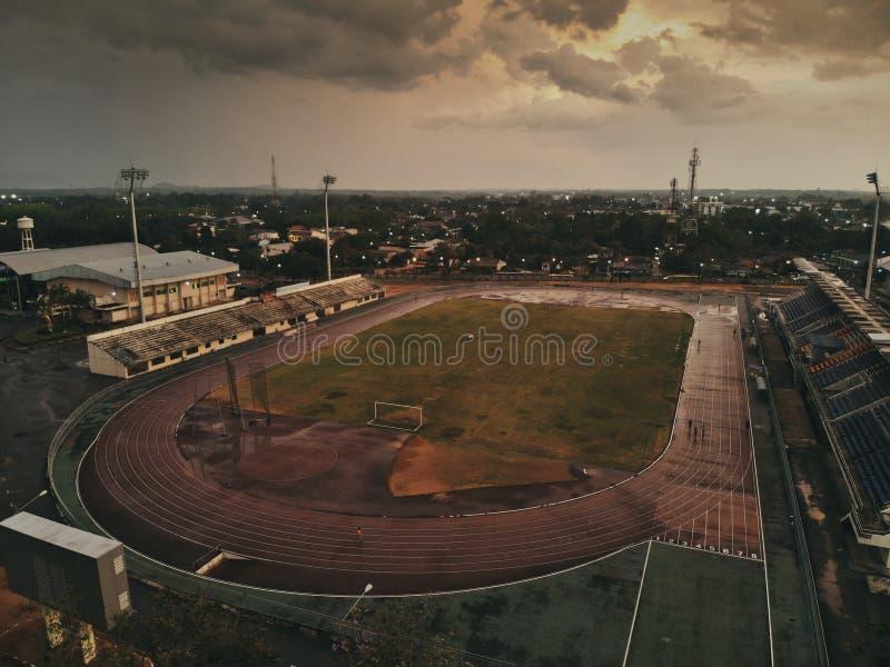 在雨以后的体育场与剧烈的天空在Trang泰国 免版税库存图片