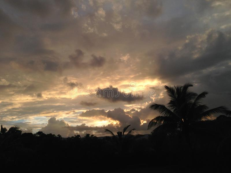 在雨以后的日落图象在mhasla 免版税库存照片