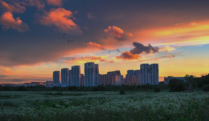 在雨以后的美妙的日落 在城市的日落有美丽的天空的 免版税图库摄影