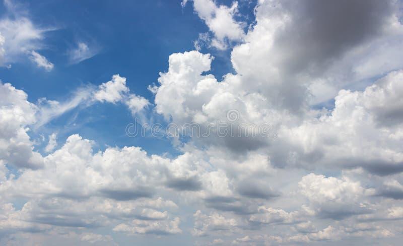 在雨前的多云和天空蔚蓝 免版税库存照片