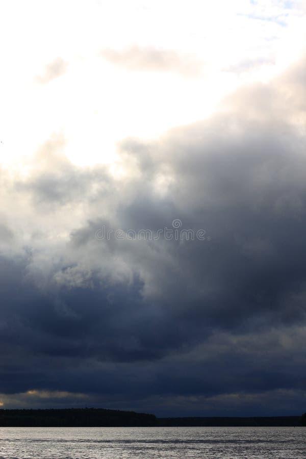 在雨前的暴风云 美丽的灰色天空 库存照片