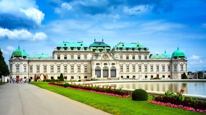 在雨前的眺望楼宫殿 维也纳, 免版税库存照片