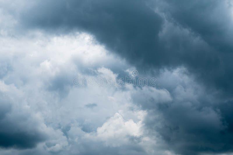 在雨前的黑暗的暴风云 与风雨如磐的云彩的剧烈的天空 免版税库存图片