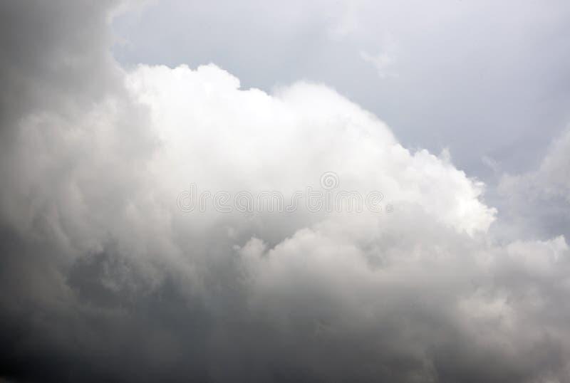 在雨前的黑暗的暴风云 免版税库存照片