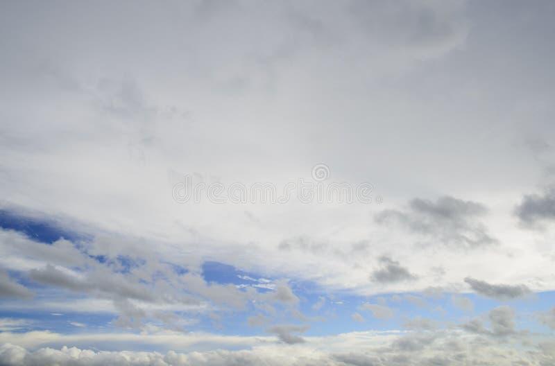 在雨前的黑暗的暴风云 免版税图库摄影