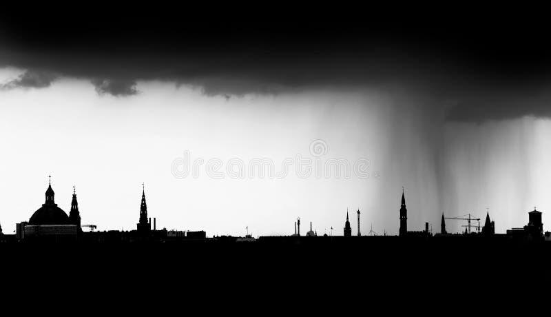 在雨地平线的城市 免版税库存照片