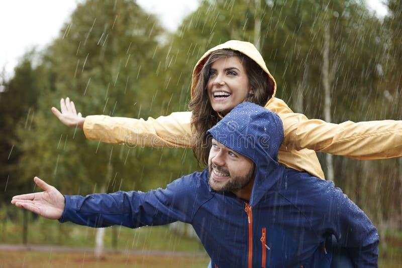在雨天期间,夫妇 免版税库存照片