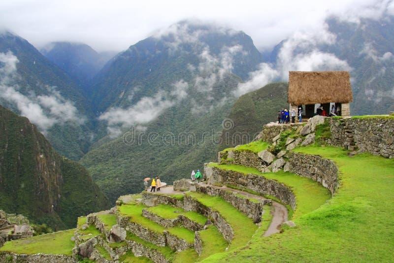在雨季的雾围拢的马丘比丘主要旅游观点 免版税库存图片