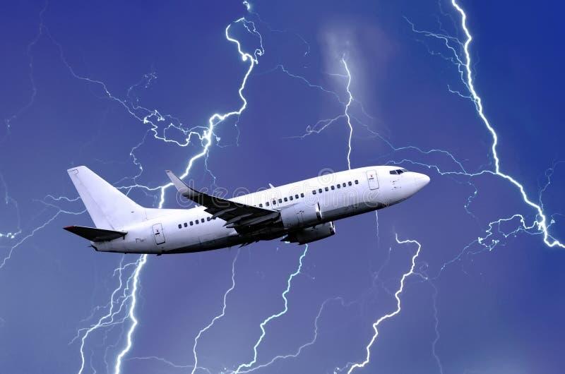 在雨期间,白色乘客飞机离开,恶劣天气雷暴夜雷击  免版税库存图片