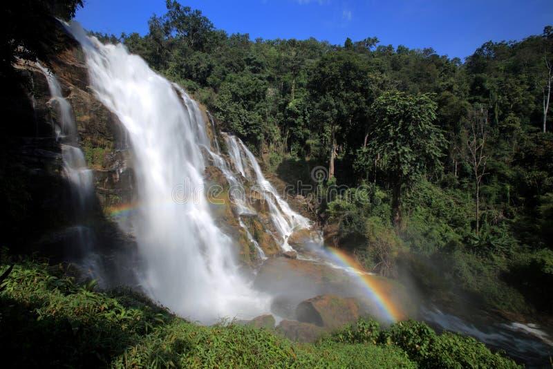 在雨林的强有力的小河瀑布与彩虹,清迈 免版税库存图片