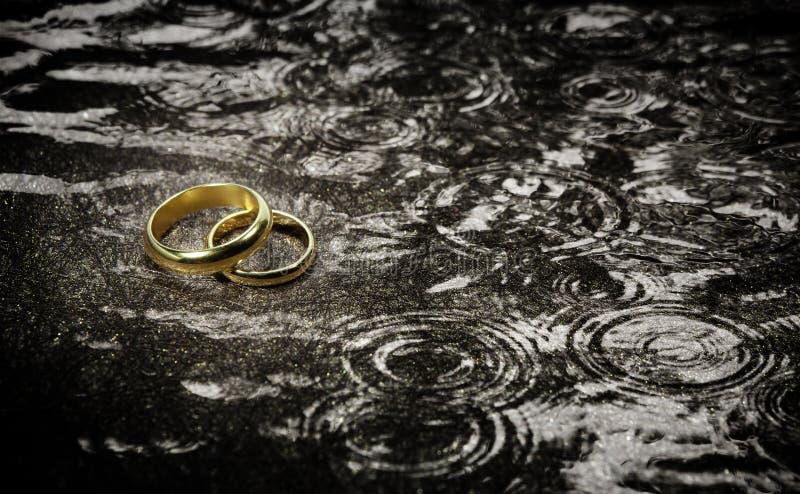 在雨珠的婚戒 库存照片