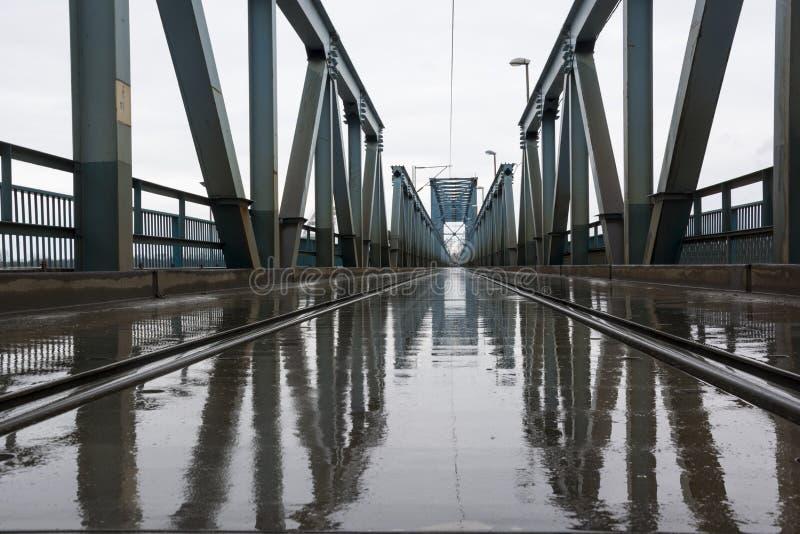 在雨的火车桥梁 免版税图库摄影