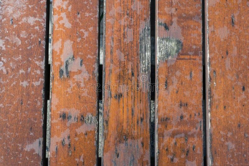 在雨背景正文消息以后的损坏的湿木台式特写镜头 免版税图库摄影
