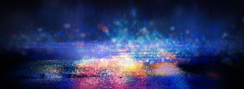 在雨,霓虹灯的反射以后的湿沥青在水坑的 夜的光,霓虹城市 抽象背景黑暗 库存图片
