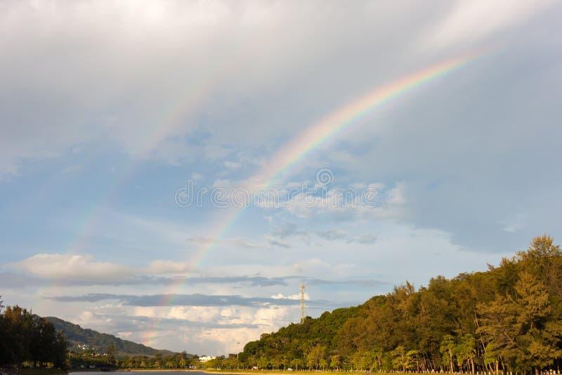 在雨以后的双重彩虹 库存照片
