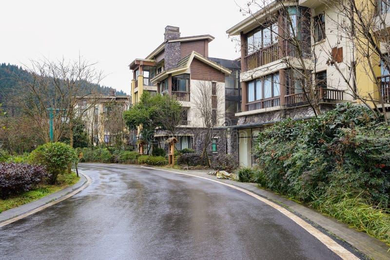 在雨以后的涂焦油路和住宅大厦 免版税图库摄影