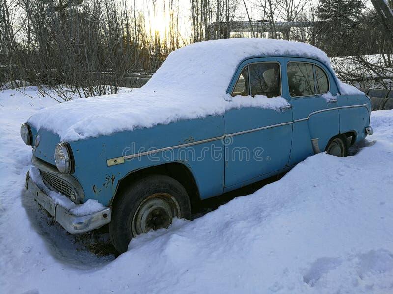 在雪下的减速火箭的汽车 免版税库存照片