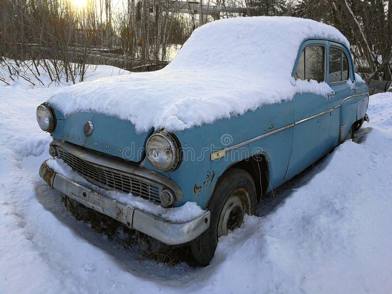 在雪下的减速火箭的汽车 免版税图库摄影