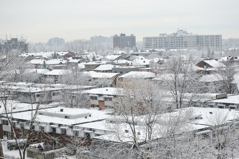 在雪下的昂贵的公寓房大厦. 公寓, 实际.