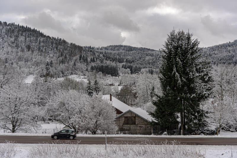 在雪下的法国村庄路 图库摄影